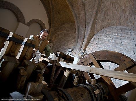 Hydraulic hammer mill