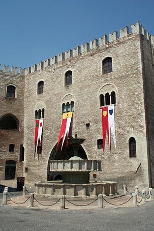 Il Palazzo del Podestà e la Fontana Sturinalto
